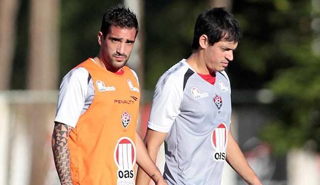 Escudero (E) segue em tratamento no DM, enquanto Cáceres, recuperado, retorna ao time - Foto: Eduardo Martins | Ag. A TARDE 10.07.2013