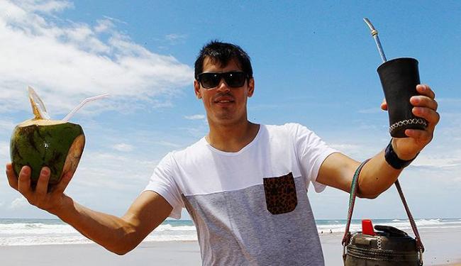 Cáceres gosta da combinação praia, tererê e água de coco - Foto: Eduardo Martins   Ag. A TARDE