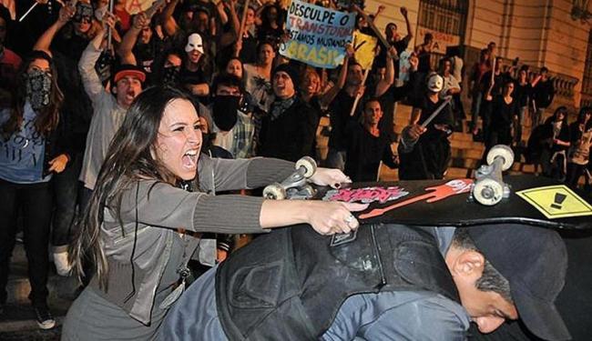 Cena na qual Lucrécia, vivida pela atriz Carla Diaz, agride policial durante manifestação - Foto: Divulgação   Record