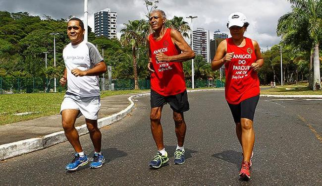 Sem aparentar 80 anos, Aloísio (C) esbanja saúde ao lado de Alberto e Erinês - Foto: Eduardo Martins | Ag. A TARDE