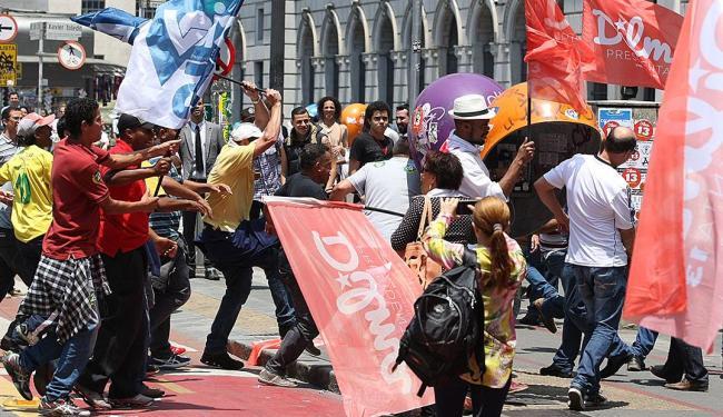 Militantes pró-Aécio e pró-Dilma entraram em confronto em São Paulo na quinta - Foto: Michel Filho | Agência O Globo