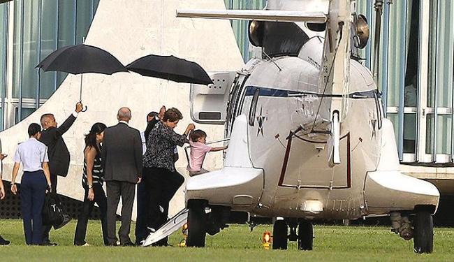 Dilma, a filha Paula e o neto Gabriel embarcam no helicóptero da FAB, no Planalto - Foto: Dida Sampaio l Estadão Conteúdo