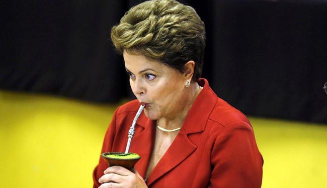 Dilma toma chimarrão durante reunião com militantes - Foto: Agência Reuters