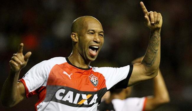 Dinei comemora após marcar o segundo gol da partida - Foto: Marlon Costa   Ag. Futura Press