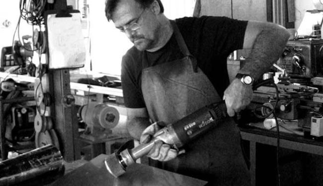Artista utiliza metais para fazer as obras - Foto: Andre Luiz | Divulgação
