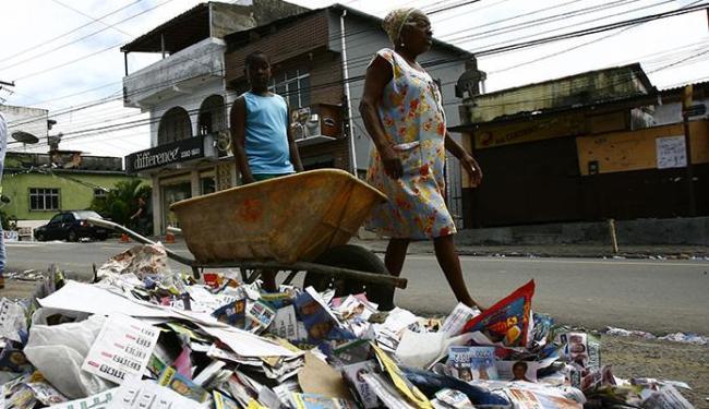 Após as eleições, o que sobrou foi a sujeira dos santinhos nas ruas de Salvador - Foto: Marco Aurélio Martins | Ag. A TARDE