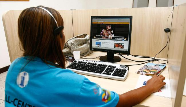 Função de operador de telemarketing não exige experiência, apenas ensino médio completo - Foto: Claudionor Junior   Ag. A TARDE