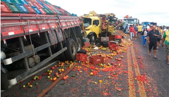 As mercadorias dos veículos ficaram espalhadas pela via - Foto: Reprodução | Blog do Geraldo José