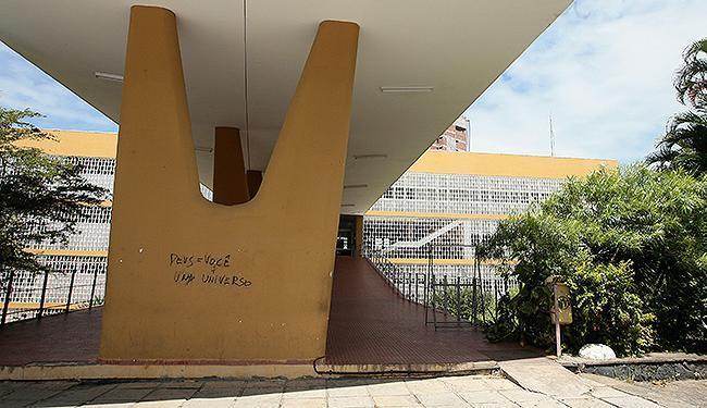 Pichação feita pelo estudante baleado na universidade - Foto: Mila Cordeiro   Ag. A TARDE