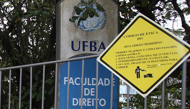 Esta placa colocada por estudantes exibe o código de ética do ladrão moderno - Foto: Lúcio Távora   Ag. A TARDE