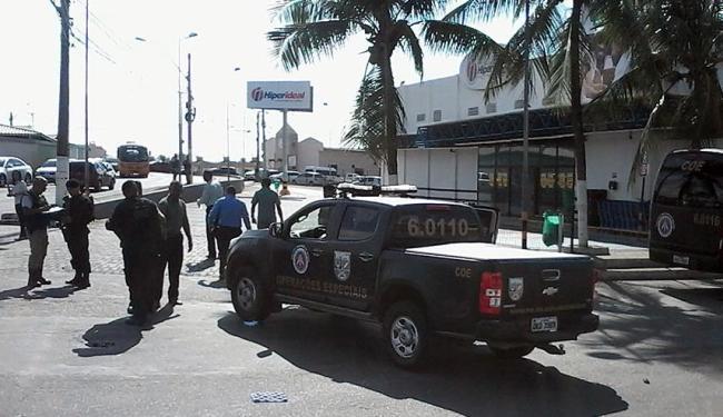 Supermercado foi isolado para polícia desarmar os explosivos - Foto: Edilson Lima | Ag. A TARDE