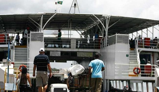 Há filas para passageiros e carros nesta sexta-feira - Foto: Raul Spinassé   Ag. A TARDE