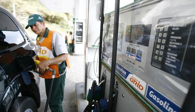 Nos postos de Salvador, o litro da gasolina custa, em média, R$ 3,19, segundo a ANP - Foto: Joá Souza   Ag. A TARDE   08.10.2014