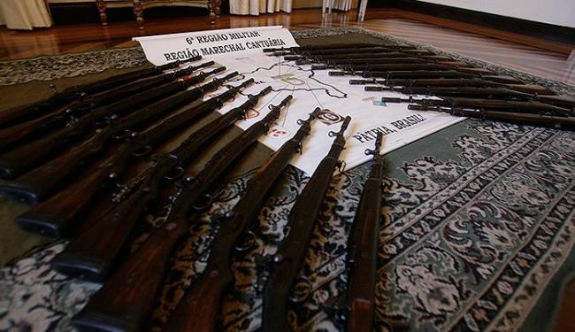Os fuzis M-964 são armas antigas, estavam sem munição e algumas sem o ferrolho - Foto: Adilton Venegeroles | Ag. A TARDE