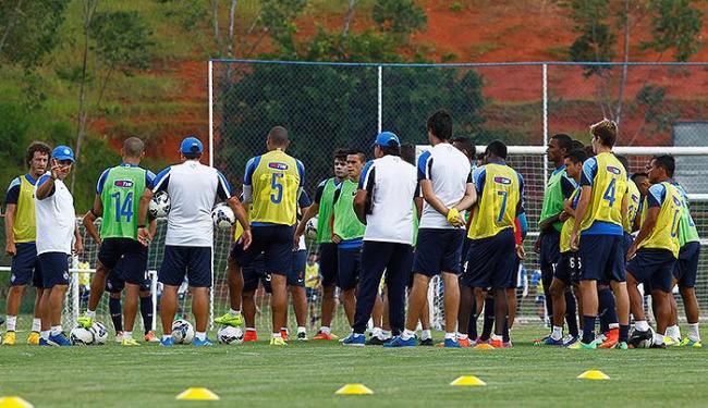 Gilson Kleina (E) pede aos jogadores dedicação total - Foto: Eduardo Martins | Ag. A TARDE
