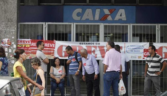 Agência da Caixa no centro de Salvador: trabalhadores querem um reajuste de 12,5% - Foto: Edilson Lima   Ag. A TARDE