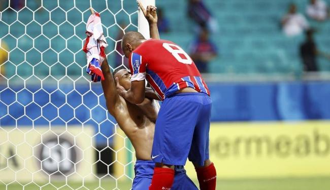 Guilherme Santos (esquerda) e Uelliton, protagonistas do lance, celebram o gol de empate na Fonte - Foto: Eduardo Martins | Ag. A TARDE