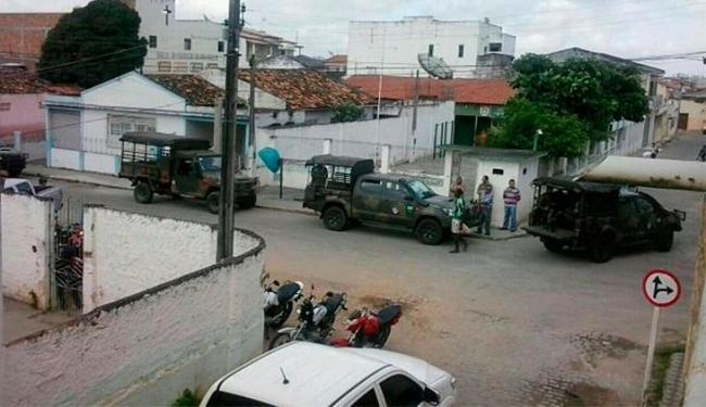 Homens do Exército estão no local investigando o crime