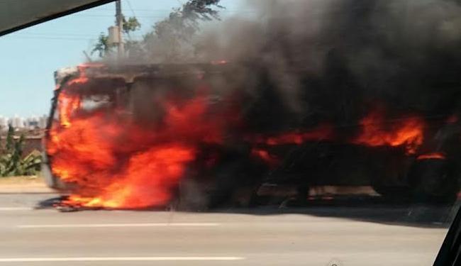 O ônibus ficou completamente destruído pelas chamas - Foto: Alden José | Cidadão Repórter