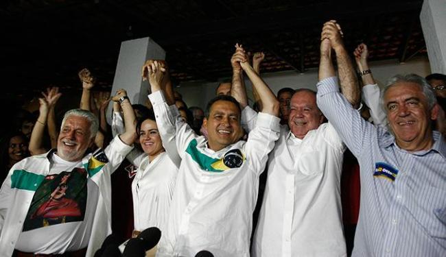 Jaques Wagner, Rui Costa, João Leão e Otto Alencar comemoram vitória na Bahia - Foto: Raul Spinassé | Ag. A TARDE