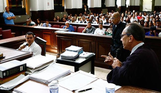 O estudante de direito responde a perguntas do promotor Jânio Peregrino Braga sobre o crime em 2007 - Foto: Marco Aurélio Martins | Ag. A TARDE