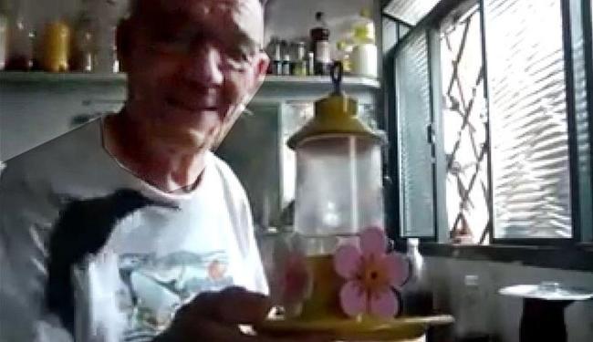 O beija-flor parece entender o que João Silvestrini diz - Foto: Reprodução