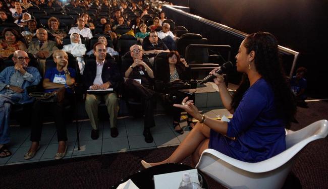 A jornalista Cleidiana Ramos foi uma das palestrantes do evento - Foto: Raul Spinassé | Ag. A TARDE | 16.10.14
