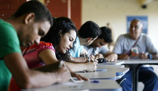 Dezenas de eleitores comparecem ao Colégio Luis Viana para justificar o voto - Foto: Raul Spinassé   Ag. A TARDE