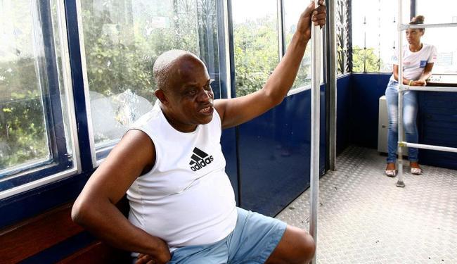 Luiz Brandão foi um dos poucos usuários em dia de feriado lojista - Foto: Marco Aurélio Martins | Ag. A TARDE | 20.10.2014