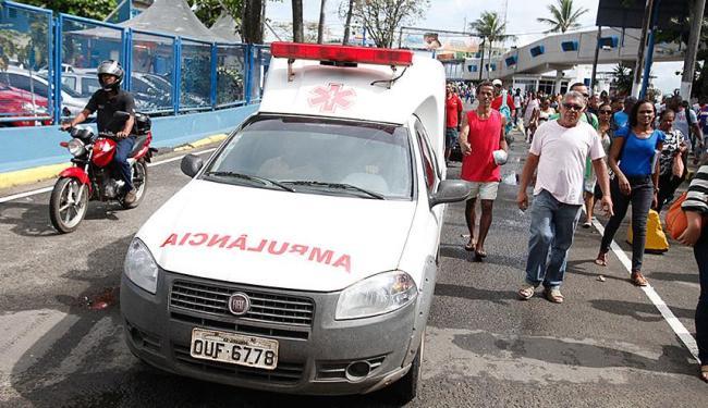 Manifestantes liberaram ambulância que prestava atendimento a adolescente - Foto: Edilson Lima   Ag. A TARDE