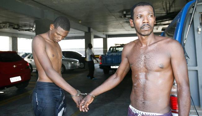 Macaco (dir.) foi detido na companhia de Wellington, o Bico, no bairro de Pau da Lima - Foto: Fernando Amorim | Ag. A TARDE | 16.10.2014