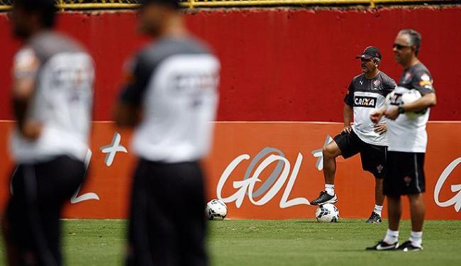 Ney Franco (E) tem dúvidas na escalação do time - Foto: Raul Spinassé   Ag. A TARDE