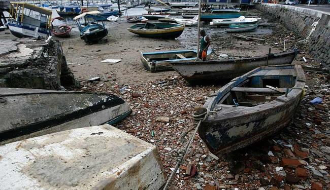 A praia da Ribeira sofre com o abandono de barcos - Foto: Raul Spinassé | Ag. A TARDE