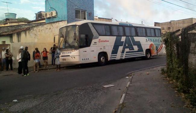 Os assaltantes interceptaram e roubaram todos os passageiros do ônibus - Foto: Reprodução   Site Rádio do Povo
