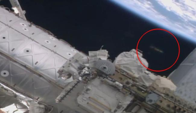 Objeto Voador Não Identificado é visto (no círculo) sobre astronautas - Foto: Reprodução