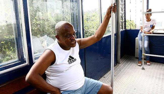 Luiz Brandão foi um dos poucos usuários em dia de feriado lojista - Foto: Marco Aurélio Martins | Ag. A TARDE