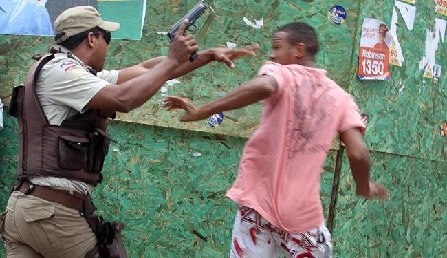 Policial saca arma para impedir rapaz de tomar a motocicleta - Foto: Lúcio Távora | Ag. A TARDE