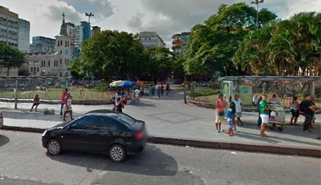 A jovem passava pela praça da Piedade quando sofreu o assalto - Foto: Reprodução | Google Earth