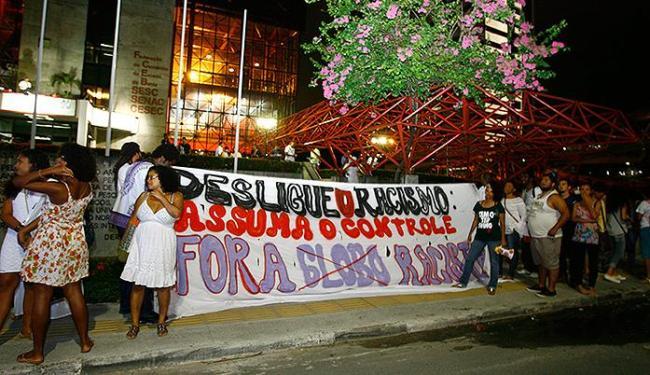 Com palavras de ordem e faixas, grupo realizou um ato no Teatro Sesc Casa do Comércio - Foto: Joá Souza | Ag. A TARDE