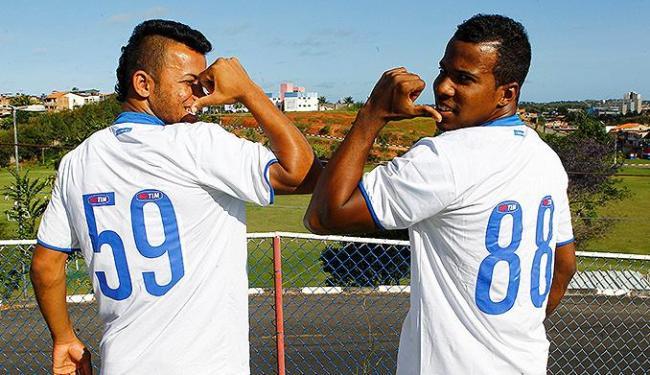 Railan e Guilherme exibem os números que usam nos jogos - Foto: Eduardo Martins | Ag. A TARDE