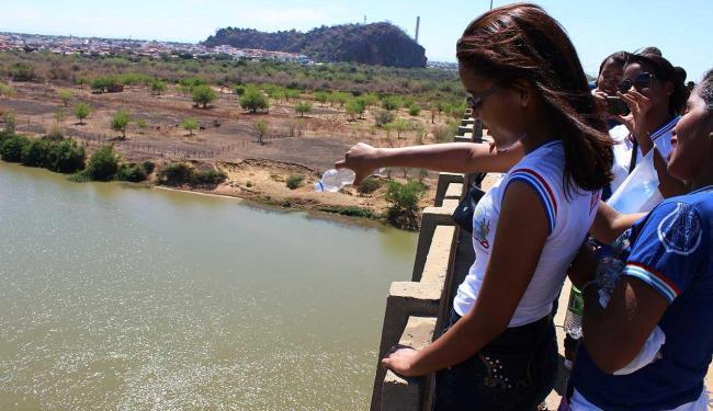 Do alto da ponte os participantes do ato despejaram água no rio - Foto: Ascom | Santuário