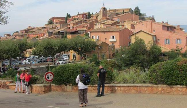 Na pacata e avermelhada cidade de Roussillon, o tempo parece rodar em sentido diferente - Foto: Simone Ribeiro | Ag. A TARDE