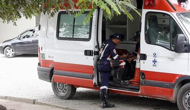 Atendentes têm que esperar no hospital a devolução das macas - Foto: Luiz Tito | Ag. A TARDE