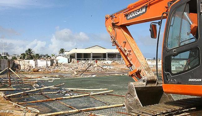 Trator inicia demolição da sede de praia, em fevereiro de 2013 - Foto: Luciano da Matta | Ag. A TARDE