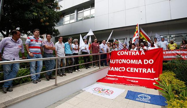 bancários realizaram manifestação em frente à sede do BC - Foto: Edilson Lima | Ag. A TARDE