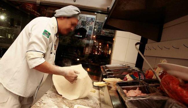 A função de pizzaiolo está disponível entre as vagas oferecidas nesta quinta-feira, 2 - Foto: Mila Cordeiro| Ag. A TARDE