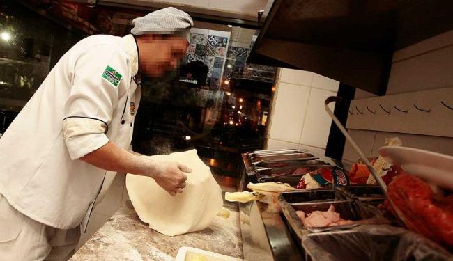 Função de pizzaiolo está disponível com cinco vagas - Foto: Mila Cordeiro| Ag. A TARDE