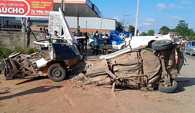O condutor e sua esposa, ficaram presos nas ferragens - Foto: Sul Bahia News | Reprodução
