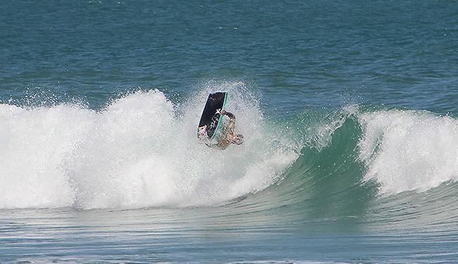 Conhecido como o 'Baiano Voador', Uri Valadão se deu bem na onda da praia da Tiririca - Foto: Franco Adailton l Ag. A TARDE