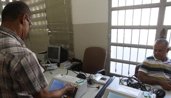 Técnicos consertam urnas eletrônicas em São Francisco do Conde - Foto: Lúcio Távora | Ag. A TARDE